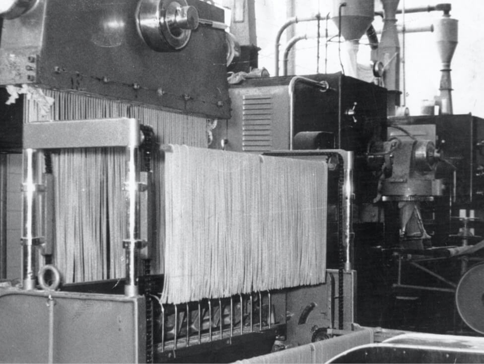 Fotografia da fabricação de massas na nova unidade fabril de Londrina em 1962