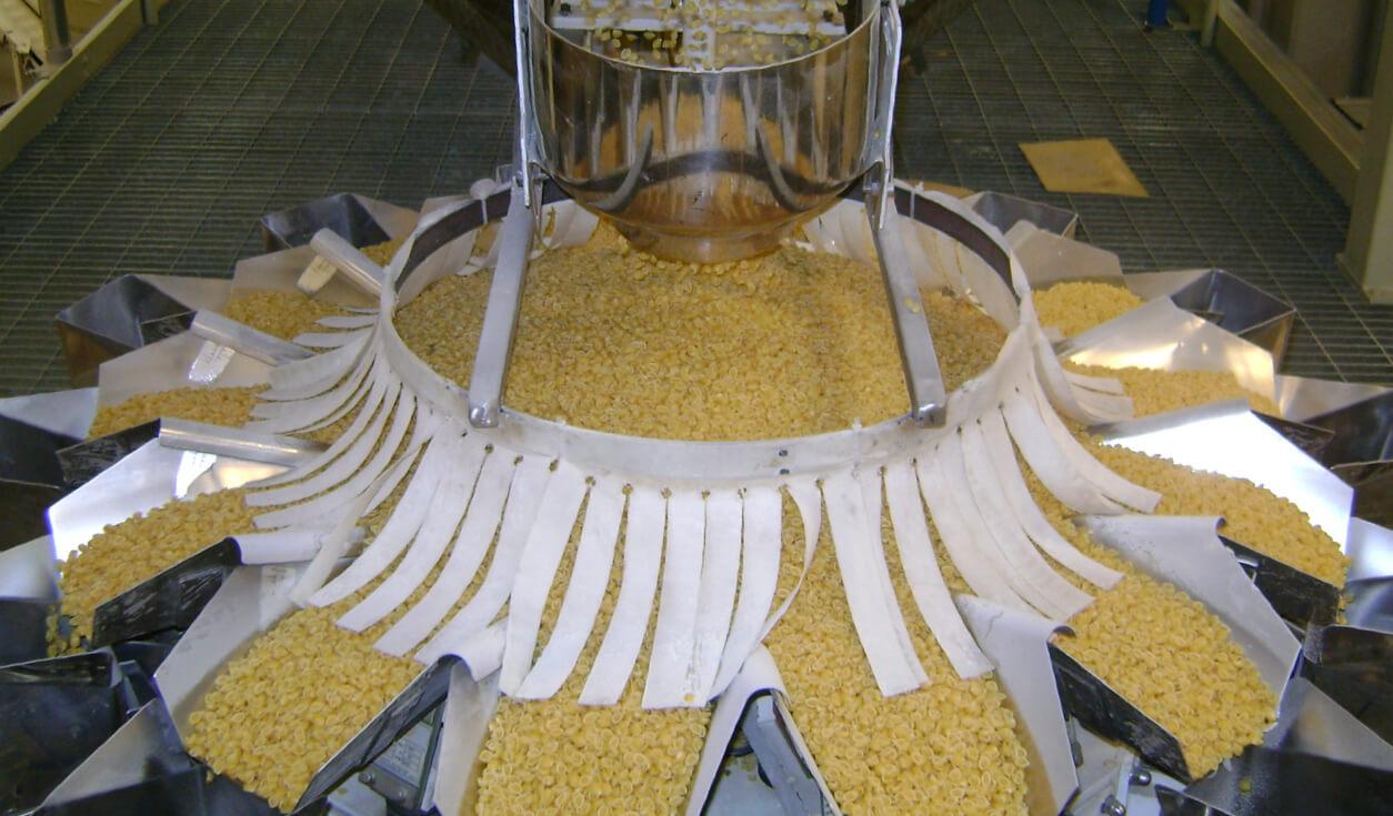 Fotografia da máquina separando macarrão na fábrica Selmi